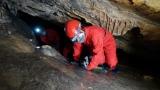 랜턴을 켜고 낮은 포복으로 탐험하는 '백룡동굴'