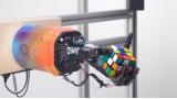 큐브 퍼즐 푸는 로봇손…오픈AI, '인공지능+로봇' 결합해 개발